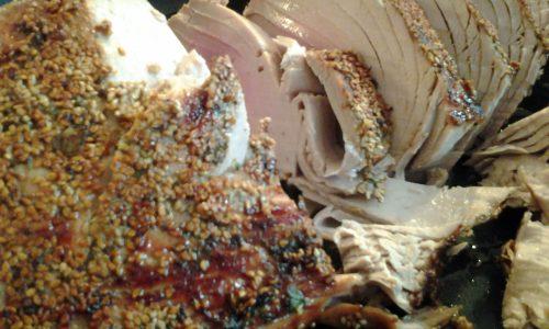 Filetto di tonno in crosta di aromi e sesamo