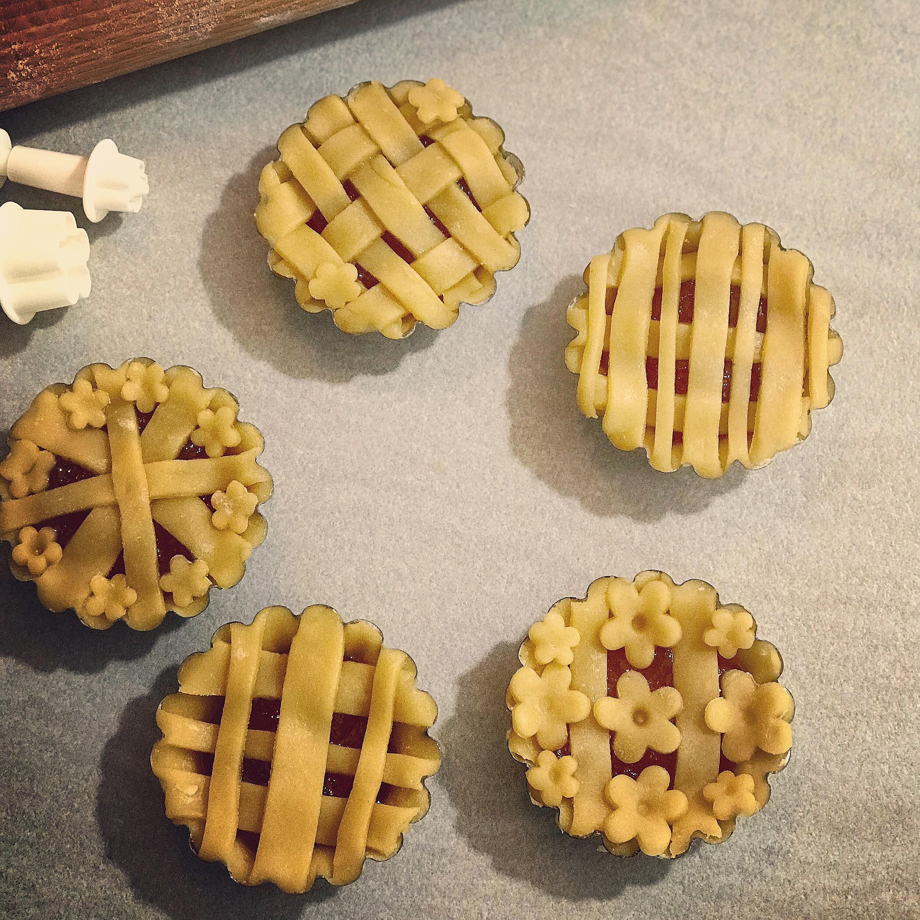 Crostatine alla marmellata di albicocche con frolla all'olio.