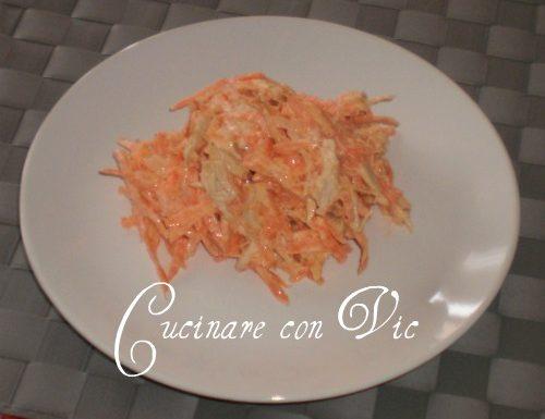 Insalata di pollo e carotte con salsa allo yogurt