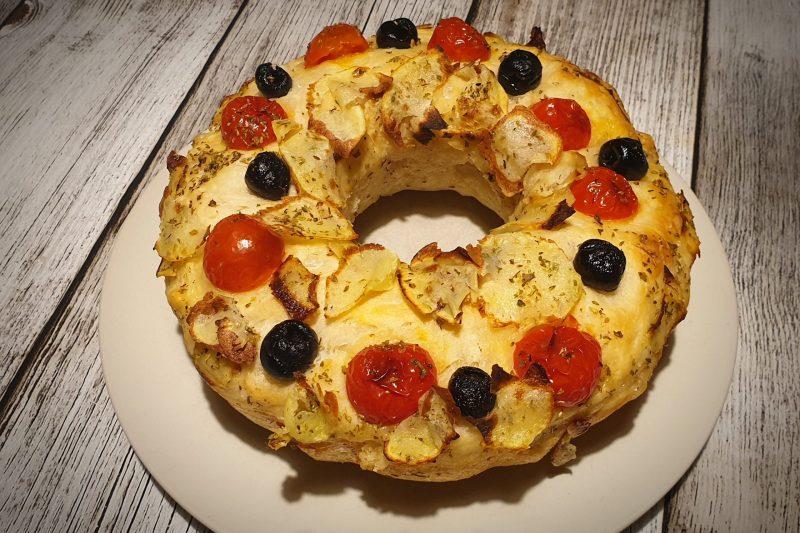 Ciambella di focaccia con pomodorini, olive e patate