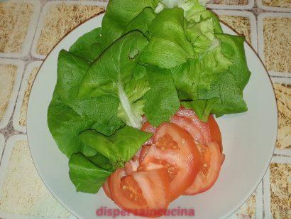 Prepariamo il pomodoro e l'insalata