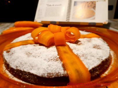 Torta di carote senza burro e olio con coccarda di carota