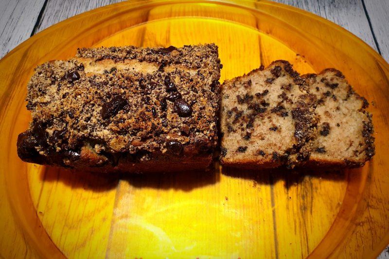 Banana bread con gocce di cioccolato e nocciole, senza uova