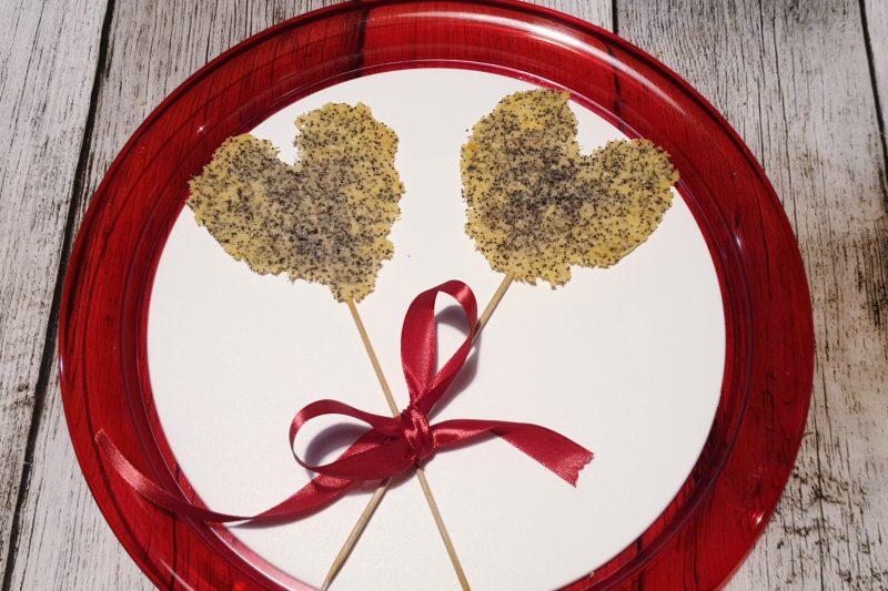 Lollipop croccanti di parmigiano con semi di papavero, a forma di cuore