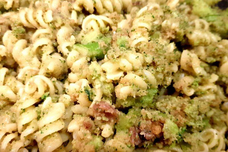 Fusilli con broccoli, acciughe e pangrattato