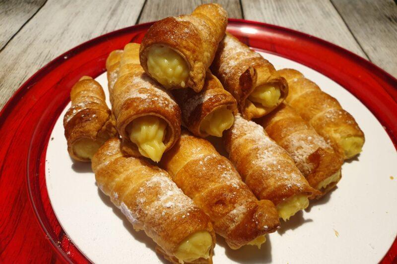 Cannoncini di pasta sfoglia con crema pasticcera al limone