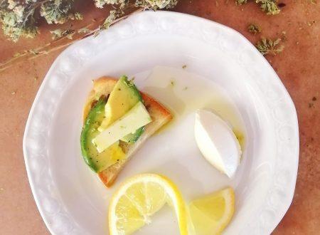Avocado con cacio per bruschetta