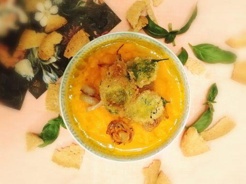 Vellutata fredda di carote con scalogno e basilico croccante