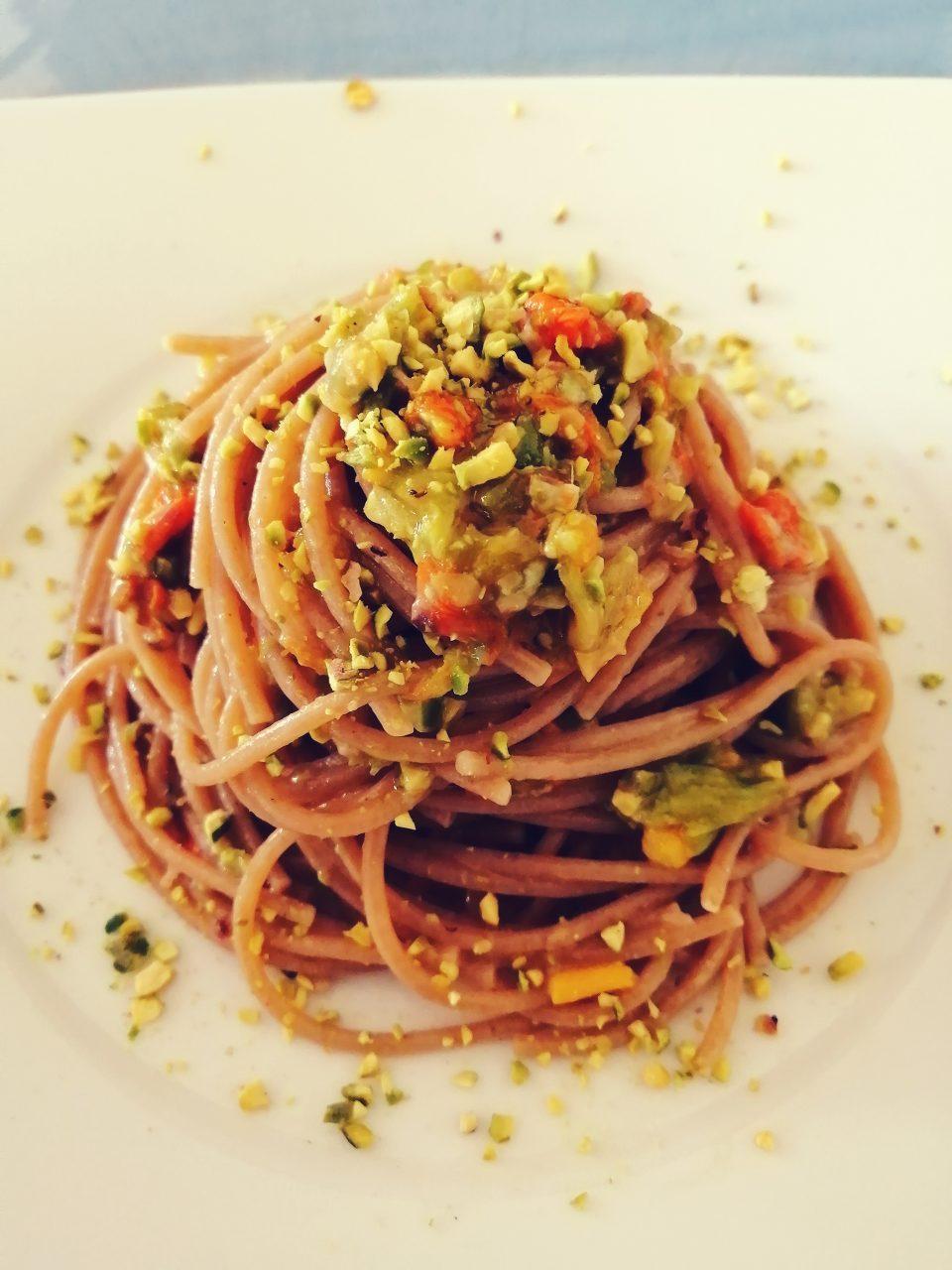 spaghetti integrali ai fiori di zucca e pistacchi