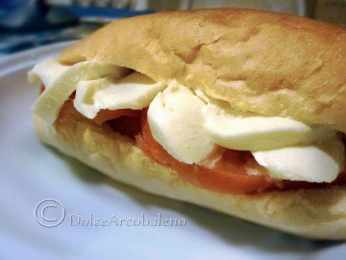 Panino mozzarella e pomodoro, ricetta rapida.