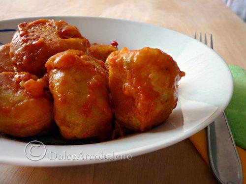 Polpette di ceci e fave in salsa piccante