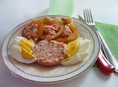 Uova sode con pomodori e salsa al tonno
