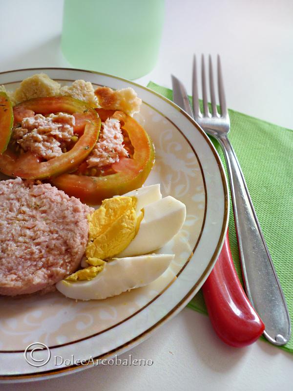 Uova sode con pomodori e salsa al tonno dolcearcobaleno for Cucinare uova sode