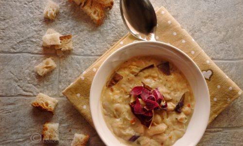 Zuppa di cannellini con radicchio e formaggio