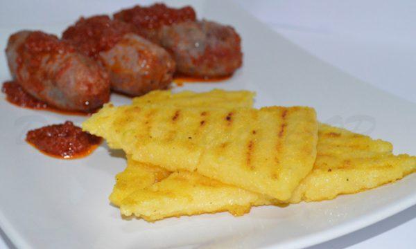 Polenta grigliata e salsiccia, ricetta gustosa