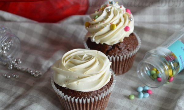 Cupcake al cioccolato e ganache montata