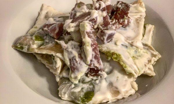 Ravioli al pesto di pistacchio con crema di formaggi e soppressata lucana
