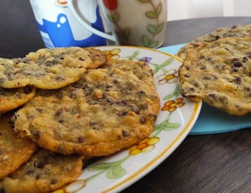 Cookies con gocce di cioccolato e granella di nocciole