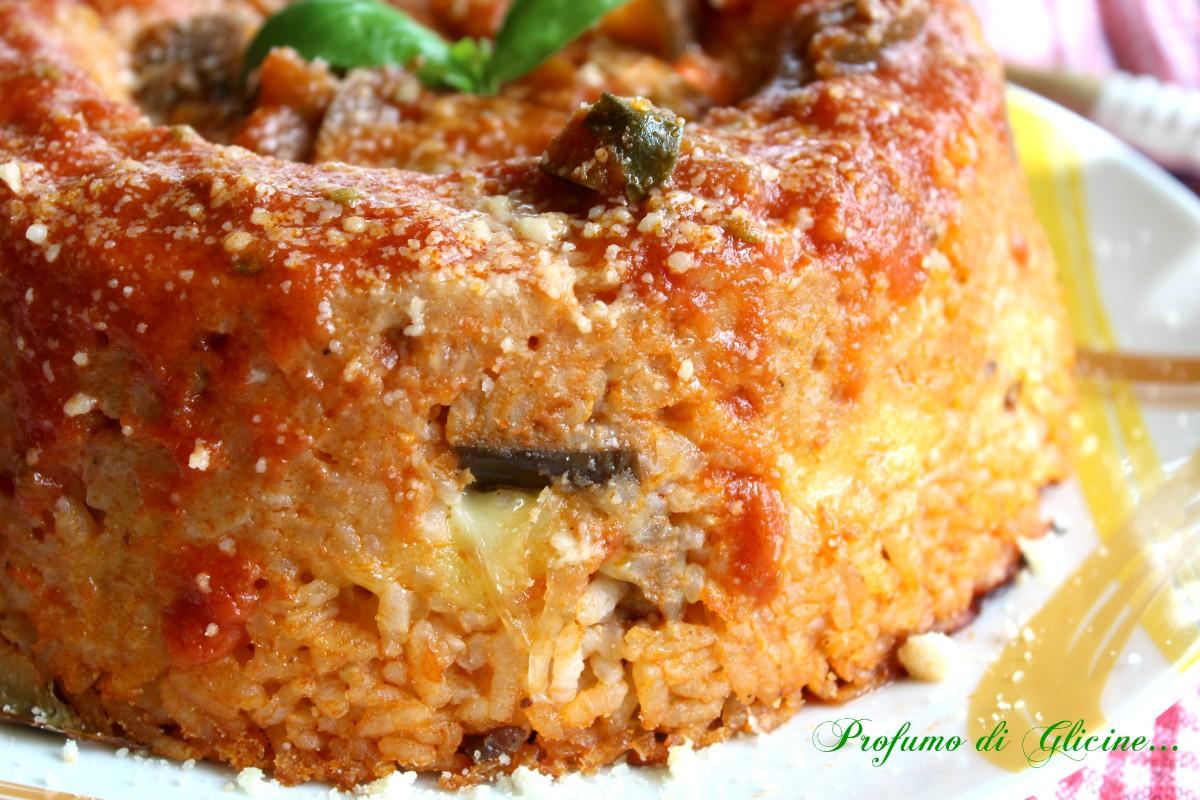 Timballo di riso con salsiccia e melanzane