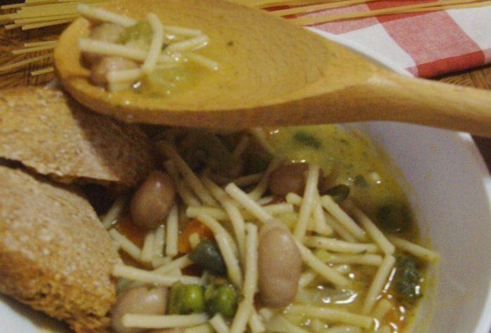 Minestra di verdure e spaghetti spezzettati