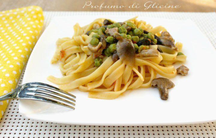 Fettuccine con piselli funghi e salsiccia