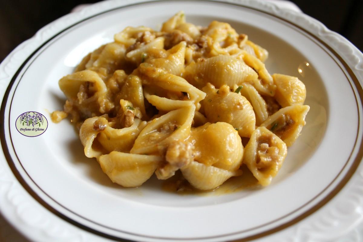 Pasta cremosa alla zucca con salsiccia e noci