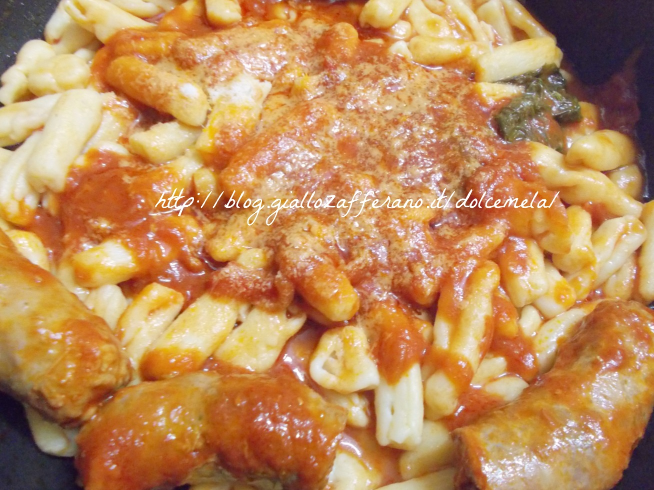 Strascinati di ricotta con salsiccia arrabbiata ricetta di pasta fresca nella cucina di profumo di glicine