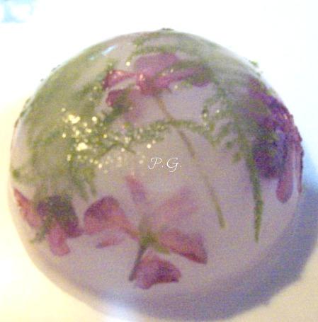 coppetta di ghiaccio con fiori ed erbe aromatiche nella cucina di profumo di glicine