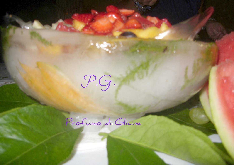 macedonia di frutta in coppa di ghiaccio nella cucina di profumo di glicine