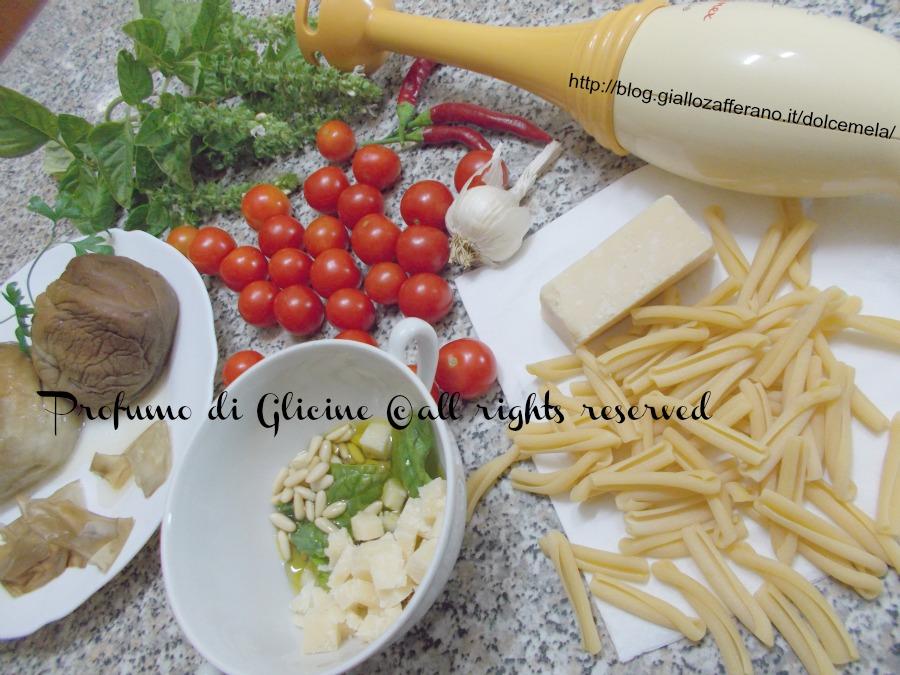 Caserecce siciliane con pesto di melanzane ricetta light nella cucina di profumo di glicine