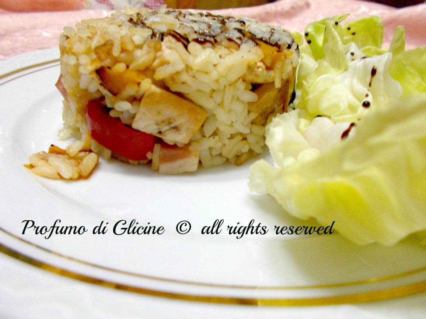Insalata di riso con pollo e peperoni nella cucina di profumo di glicine