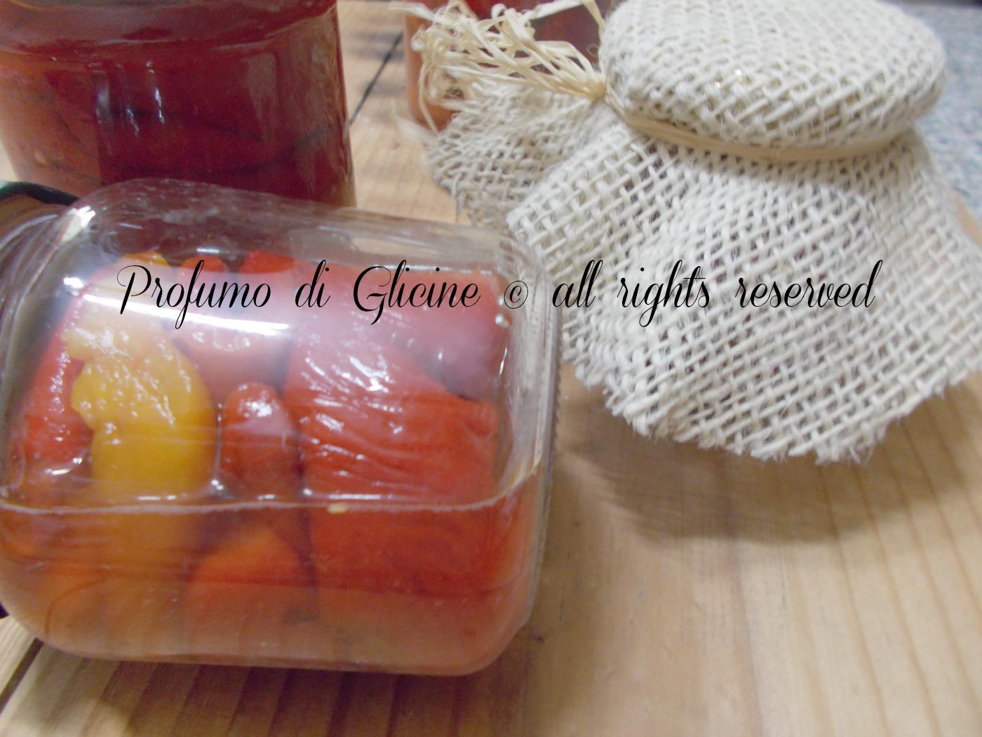 conserve di peperoni arrostiti nella cucina di profumo di glicine