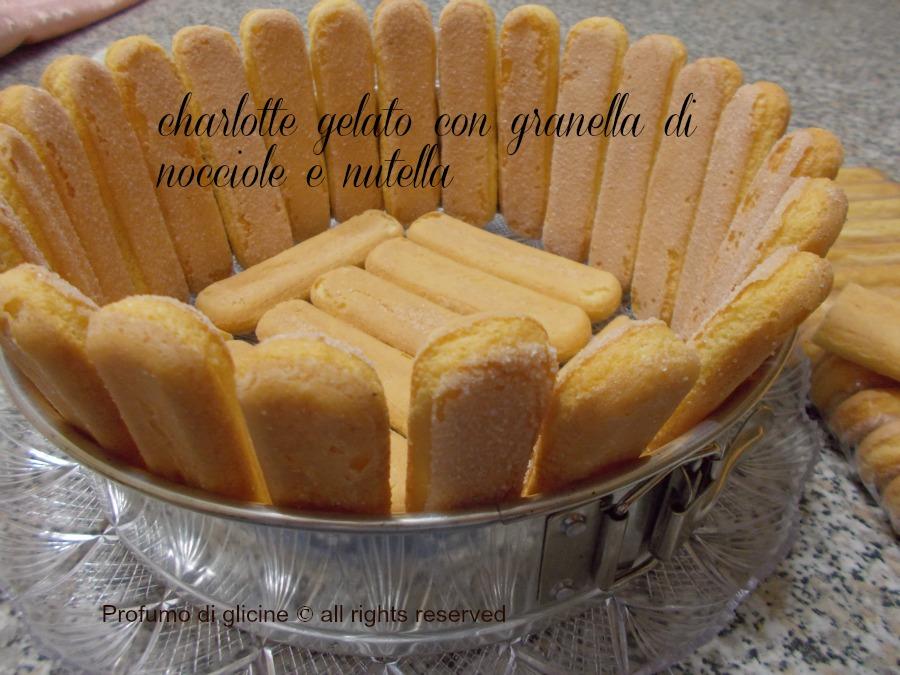 charlotte gelato con granella di nocciole e nutella nella cucina di profumo di glicine
