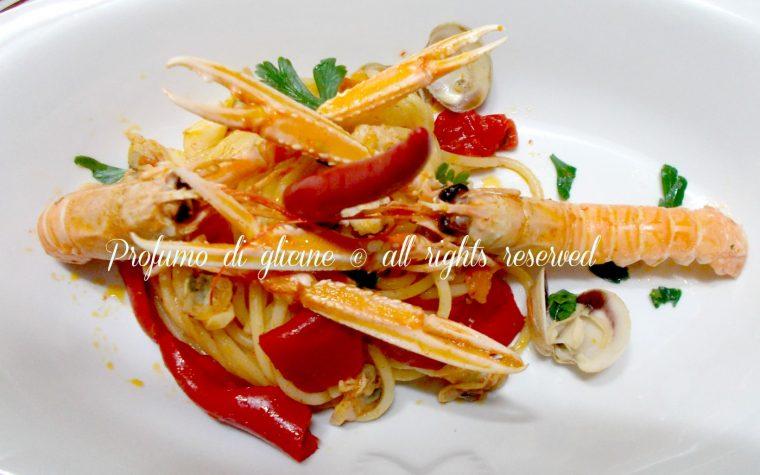 Spaghettoni con scampi e peperoni