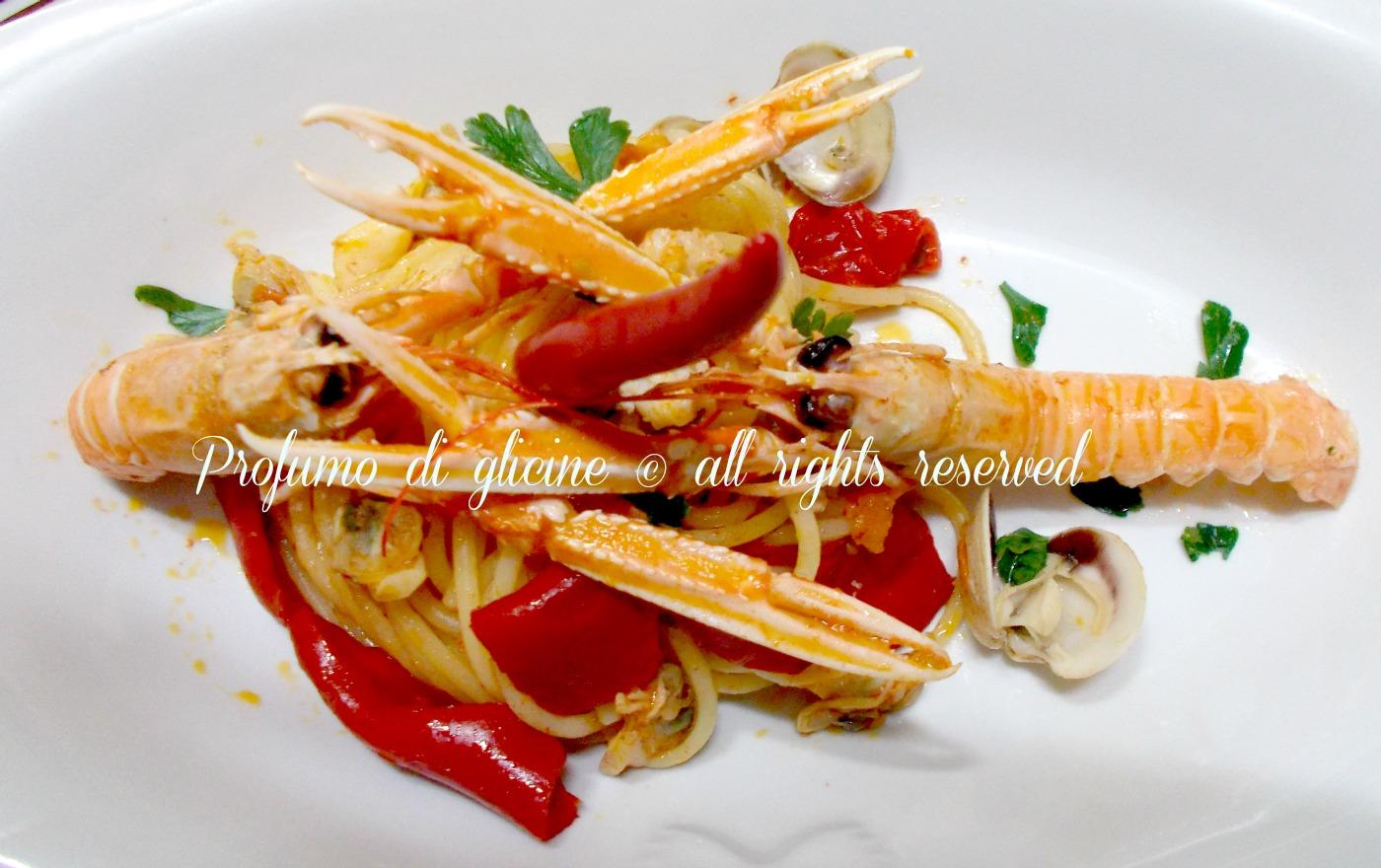 spaghettoni con scampi e peperoni ricetta di mare nella cucina di profumo di glicine