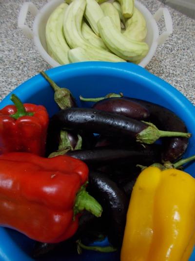 Conserve di melanzane e peperoni ricette della nonna nella cucina di profumo di glicine