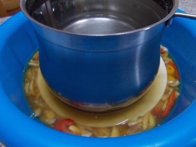 Ricetta per conservare le melanzane e i peroni sott'olio nella cucina di profumo di glicine