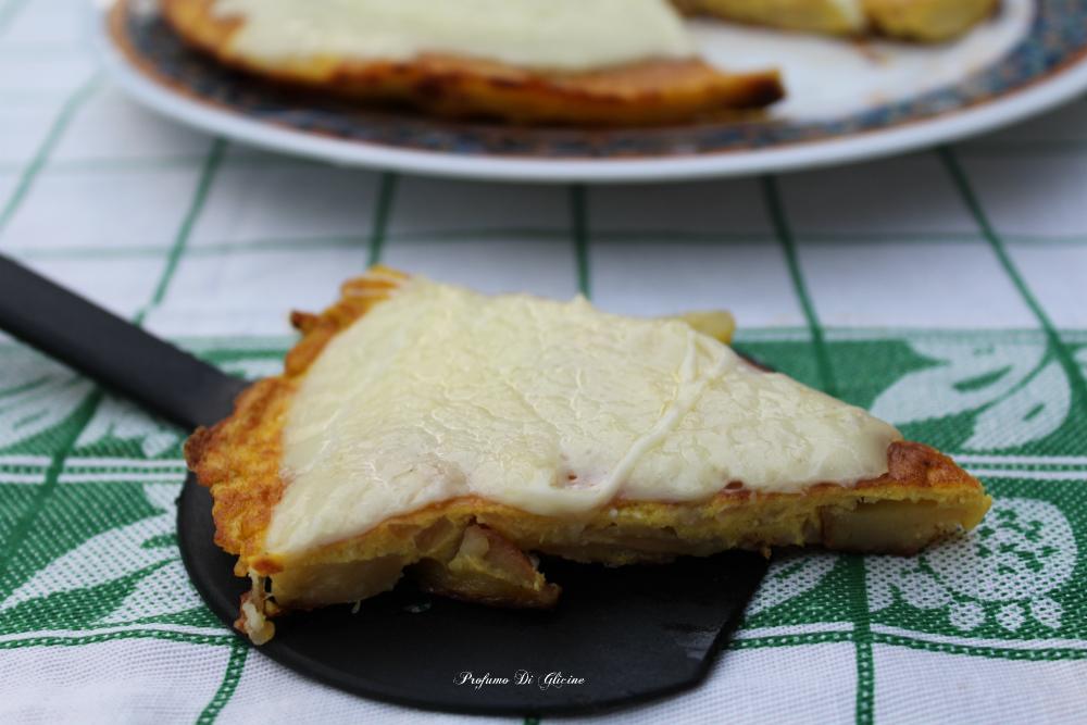 Frittata di patate e cipolle con provola filante