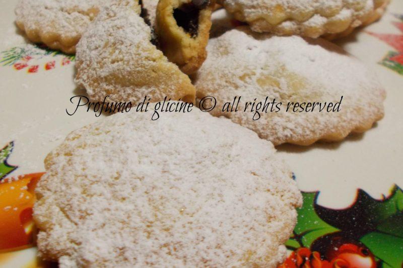 Biscotti ripieni con frutta secca e marmellata