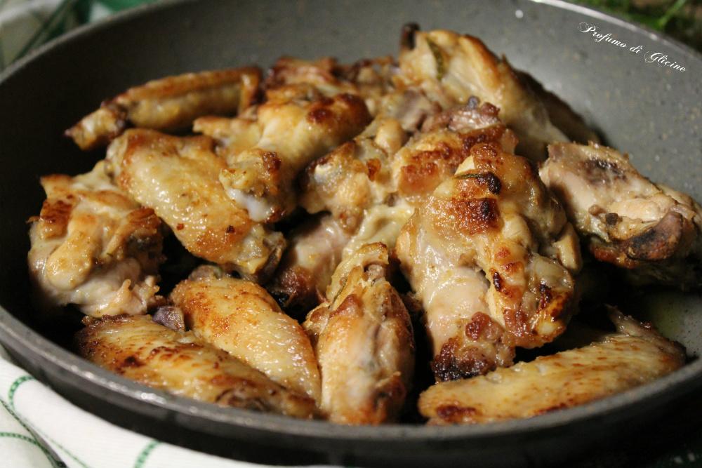 Ali di pollo saporite in padella ricetta veloce - Come cucinare le cosce di pollo in padella ...