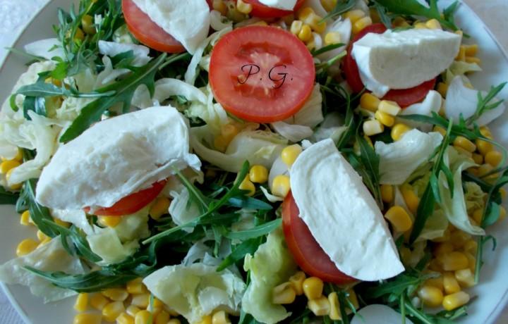 Insalatona mista alla caprese, ricetta piatti unici estivi