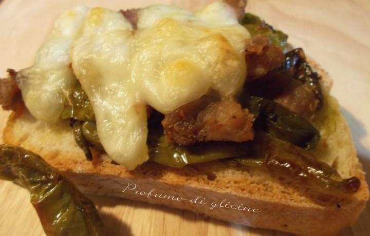Crostini salsiccia peperoncini dolci e scamorza filante