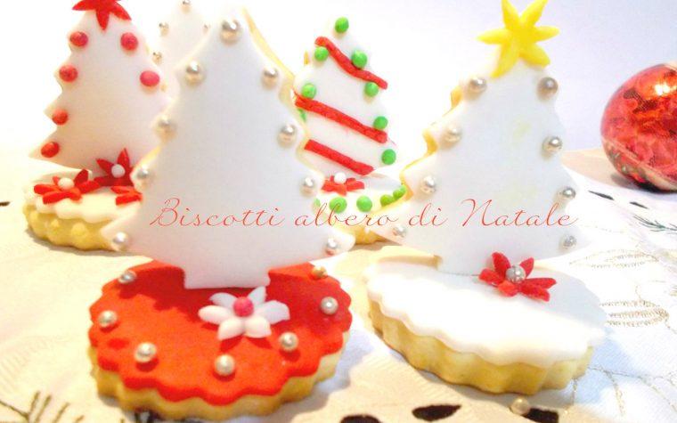 Biscotti alberello di Natale decorati con pasta di zucchero