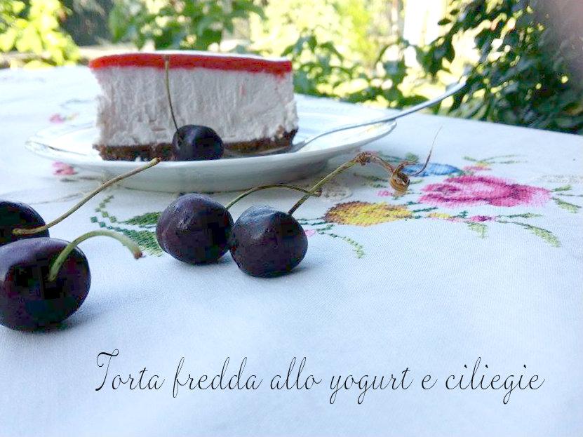 torta fredda di yogurt e ciliegie