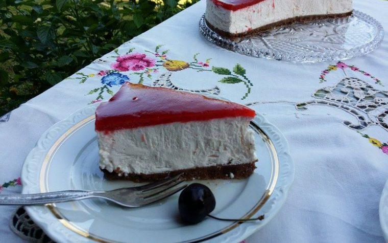 Torta fredda allo yogurt con ciliegie