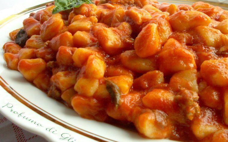Gnocchi di patate al ragù con scamorza filante