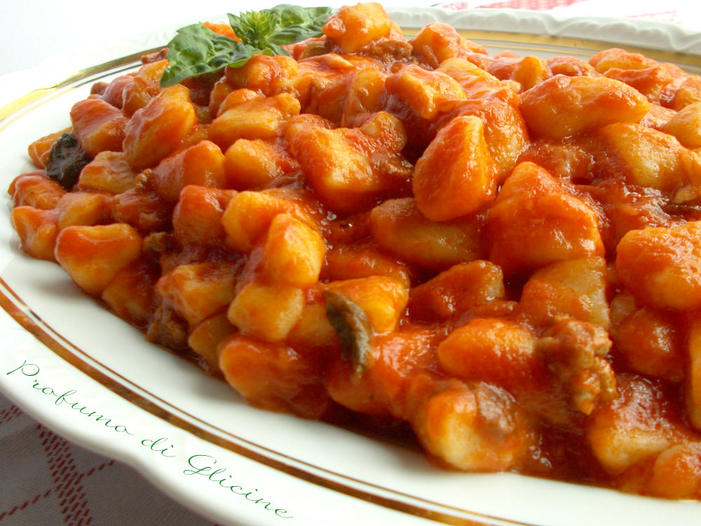 Gnocchi di patate al rag con scamorza filante - Come cucinare la lepre al sugo ...