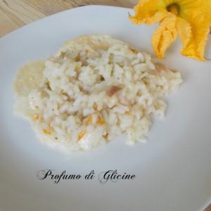 Risotto con fiori di zucca su cialda di formaggio