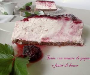 Torta mousse di yogurt e frutti di bosco