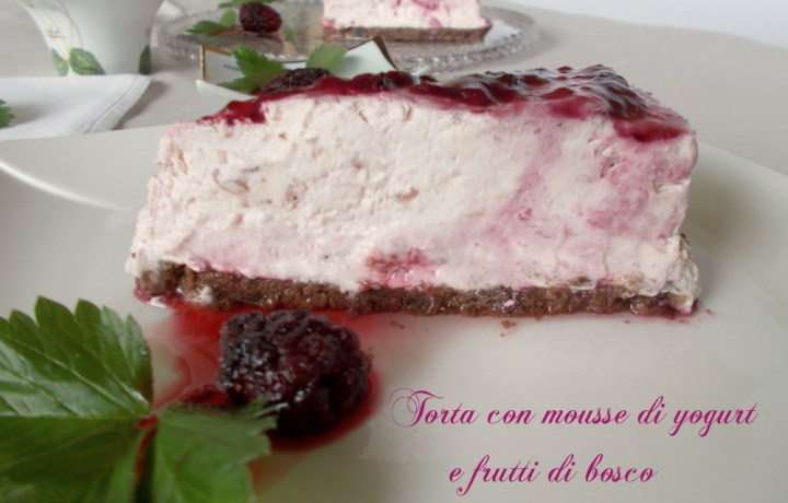 Torta mousse di yogurt e frutti di bosco